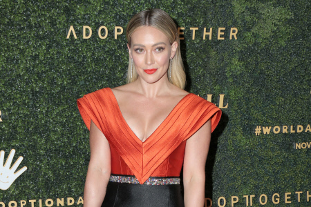 (SPLASH) HILARY DUFF ASISTE A UN EVENTO EN LOS ANGELES LUCIENDO UN ESPECTACULAR VESTIDO