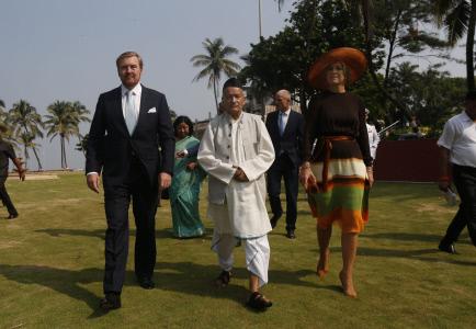 LOS REYES DE HOLANDA CON EL GOBERNADOR DE MUBAI EN SU VISITA OFICIAL A LA INDIA