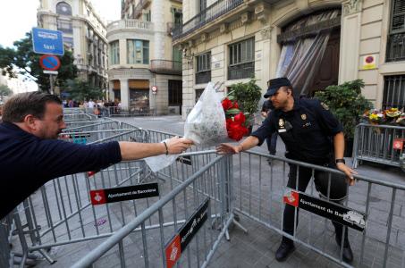 NUMEROSOS CIUDADANOS REGALAN FLORES A LA POLICIA NACIONAL DE BARCELONA