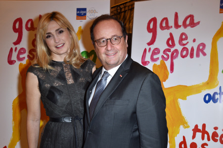FRANCOIS HOLLANDE Y JULIE GAYET ASISTEN A UNA GALA SOLIDARIA CONTRA EL CANCER EN PARIS