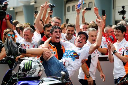 ALEX MARQUEZ CELEBRA CAMPEONATO DEL MUNDO DE MOTO2 JUNTO A SU HERMANO MARC