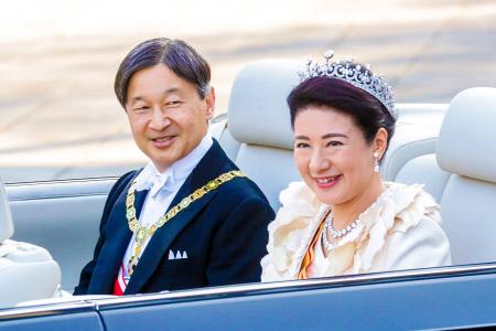EL EMPERADOR JAPONES NARUHITO Y LA EMPERATRIZ MASAKO DURANTE EL DESFILE DE ENTRONIZACION EN TOKIO