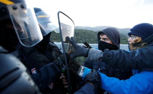 LA POLICIA FRANCESA CARGA CONTRA LOS MANIFESTANTES DE LA AP7 EN LA FRONTERA FRANCO-ESPAÑOLA
