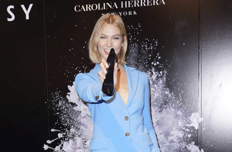 KARLIE KLOSS PROMOCIONA EL NUEVO PERFUME DE CAROLINA HERRERA EN NUEVA YORK