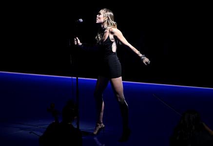 MILEY CYRUS ACTUA EN LOS MTV TRAS SU RECIENTE SEPARACION