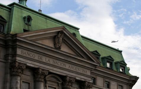 ARGENTINA LIMITA LA COMPRA DE DÓLARES PARA FRENAR LA CRISIS