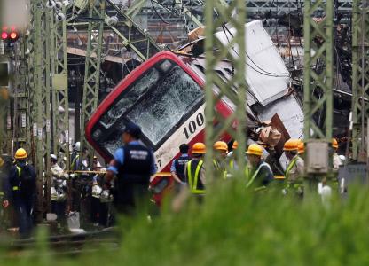 UN CAMION CHOCA BRUTALMENTE CONTRA UN TREN DEJANDO UN MUERTO Y NUMEROSOS HERIDOS EN TOKIO