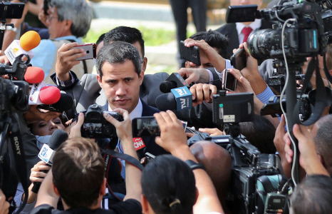 JUAN GUAIDO RODEADO DE PERIODISTAS EN LA ENTRADA A LA ASAMBLEA NACIONAL DE CARACAS