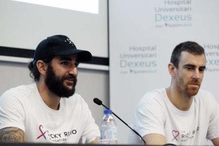 RICKY RUBIO Y VICTOR CLAVER VISITAN HOSPITAL EN BARCELONA