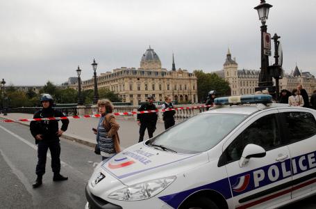 UN HOMBRA MATA CON UN CUCHILLO A CUATRO POLICIAS  EN UN ATAQUE EN LA PREFECTURA DE PARIS