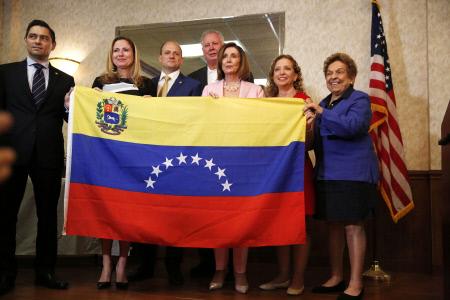 NANCY PELOSI POSA CON LA BANDERA DE VENEZUELA DURANTE UN ACTO EN FLORIDA